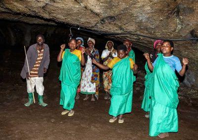 Gesang der Batwa in der Garama Höhle