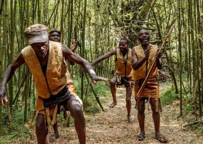 Die Batwa zeigen bei einem traditionellen Tanz wie sie im Regenwald leben