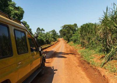 Die Fahrt in den Kibale Forest führt über typische afrikanische Pisten