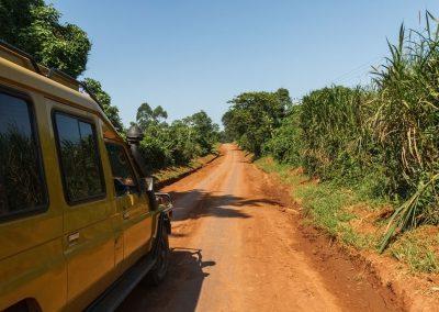 Der Weg zum Kibale Forest führt über typische afrikanische Straßen